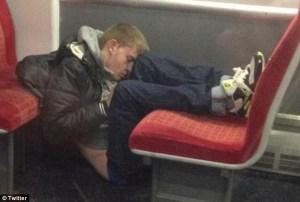 """Curiosas fotos de pasajeros de tren que adoptaron una extraña forma para """"echar un camarón"""""""