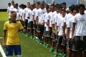 Brasil presenta la camiseta de la Copa Confederaciones con Neymar de modelo (Fotos)