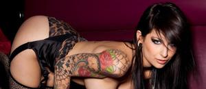 Muy tatuada y bastante desnuda… para siempre en tu piel (UFFF)