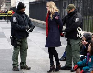 La sirena de Splash fue arrestada frente a la Casa Blanca