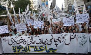 Cachemira arde en protestas por ejecución de un islamista (Imágenes)