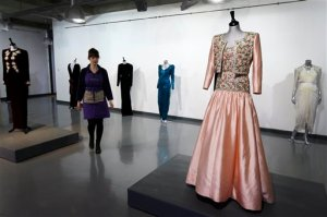 Subastan vestidos emblemáticos de Diana (Fotos)