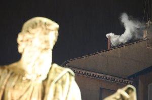 Las intrigas, cenas secretas y mentiras del cónclave en el que se eligió al papa Francisco, al descubierto