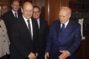 Ministro francés Le Drian alabó tropas galas