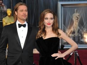 Brad Pitt estiliza su figura con una faja reductora
