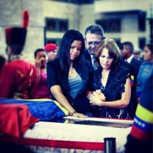 Padres del vocalista de Calle 13 asistieron al funeral de Chávez (FOTO)