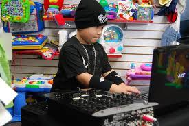 Niño DJ causa sensación