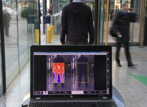 Tecnología que detecta a distancia armas bajo la ropa se exhibe en Brasil
