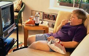 Comer y mirar la tele te engorda