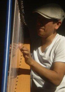 Colombiano exhibe belleza musical de arpa llanera en NY