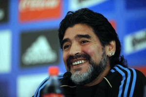 Maradona causa escándalos a su llegada a Argentina