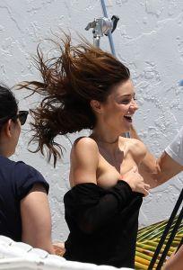 Miranda se tomaba unas fotos, se le resbaló la ropa y su pecho quedó al aire (HOT)