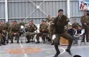 """Sargento sorprende con su baile a la """"Michael Jackson"""" (Video)"""