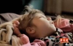 La niña de 8 años que tiene aspecto de bebé (Video)