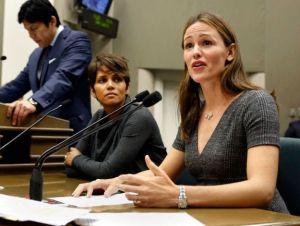 Jennifer Garner y Halle Berry defienden ley contra los paparazzi
