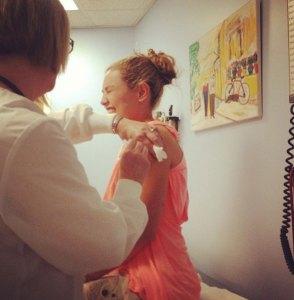 Así le pusieron la vacuna antitetánica a Thalía (Fotos)