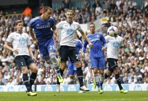 Fernando Torres le cayó a arañazos al belga Jan Vertonghen