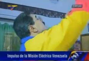 ¡Tensión nacional!… Maduro cambiando bombillos