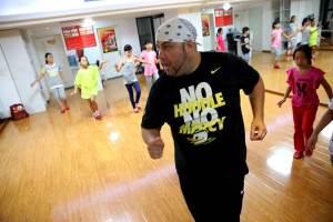 Un gringo enseña a bailar salsa en China