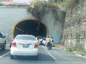 Carro chocó contra el túnel de La Trinidad y se incendió