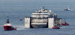 """El """"Costa Concordia"""" llega al puerto italiano de Génova antes de ser desguazado (Fotos)"""