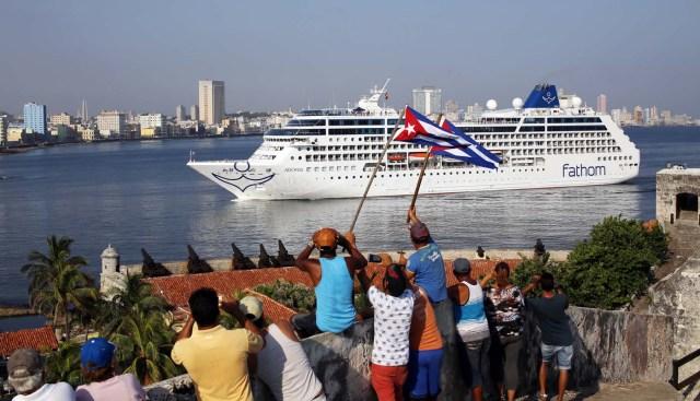 """HAB03 LA HABANA (CUBA) 02/05/16.- El buque """"Adonia"""", de la compañía Fathom, filial de la empresa Carnival, arriba hoy, lunes 02 de mayo de 2016, a La Habana (Cuba), abriendo la primera línea de viajes de cruceros entre Estados Unidos y Cuba en más de medio siglo. EFE/Alejandro Ernesto"""