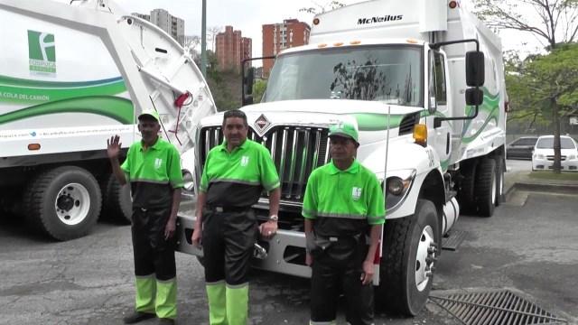 Imagen referencial de una flota de camiones de Fospuca