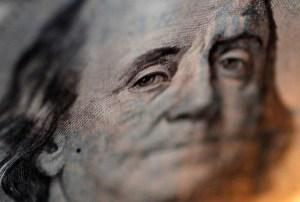 Dólar cotiza cerca de máximo de un mes por débiles datos económicos