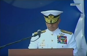 ¡Bótalo! Almirante de la Armada Bolivariana casi salpica a los asistentes al acto por la Batalla Naval del Lago (VIDEO)