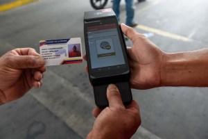 """Maduro aclaró que obligará a sacarse el """"carnet de la patria"""" para el """"subsidio"""" de la gasolina"""