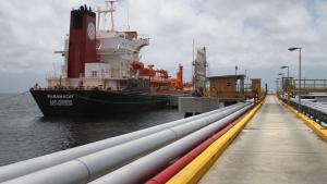 La AIE explica el porqué no suben los precios del crudo tras sanciones a Pdvsa
