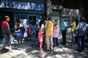 Ahogado sin divisas, el régimen de Maduro ofrece mejor precio por los dólares que el mercado negro