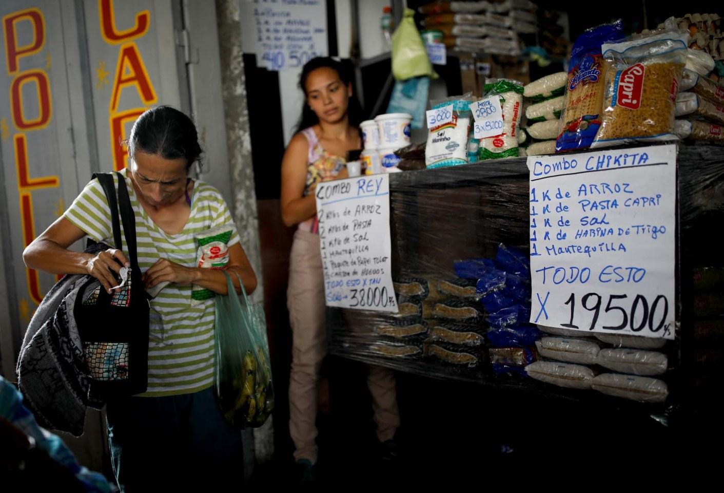 La escasez de efectivo arrincona a comerciantes y transportistas venezolanos