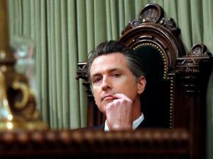 Gobernador de California amenaza con demandar a Trump por su declaración de emergencia nacional
