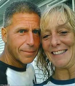 ¡Feliz día del amor! Cámara de seguridad grabó cuando ahogó a su esposa cerrando la tapa del jacuzzi (FOTOS)