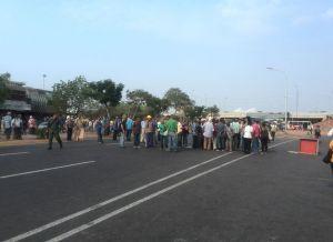 Pensionados trancan la avenida Libertador de Maracaibo para exigir su pago