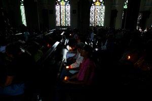 Nuevo apagón no impidió que zulianos asistieran a misa para celebrar la resurrección de Jesucristo (fotos)