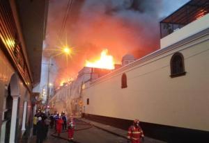 Se desata gran incendio en el centro histórico de Lima (FOTO y VIDEO)