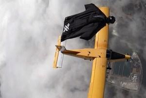EN VIDEO: Un deportista extremo vuela junto al ala de un avión a casi 5.000 metros de altura