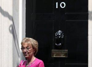 Dimite ministra británica encargada de relaciones con el Parlamento