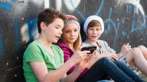 """Alertan de que el uso de """"smartphones"""" está provocando el crecimiento de un """"cuerno"""" en el cráneo"""