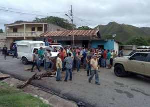 Venezolanos molestos trancan la carretera Cumaná-Maturín; tienen más de dos semanas sin gasolina #20Jun (FOTO)