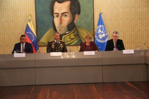 LA FOTO: Bachelet sentada en la misma mesa con Padrino López y Reverol