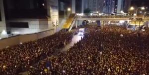 Imperdible: El impresionante momento en el que manifestantes en Hong Kong abren paso a una ambulancia con afectados por las protestas (VIDEO)