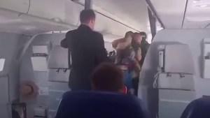 ¡Toma! Policía arrestó a pasajero borracho luego que avión aterrizará de emergencia (video)
