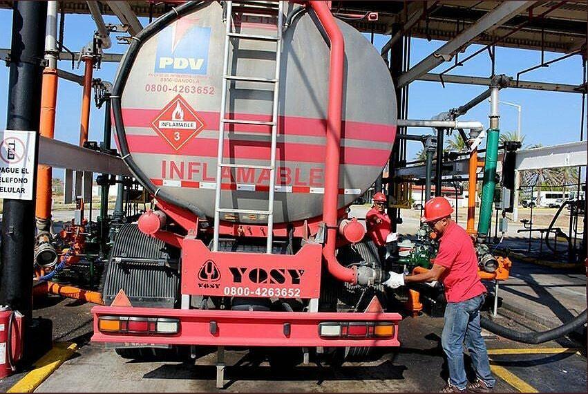 Maduro impone privatización de facto en el negocio de la gasolina