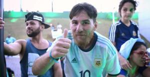 Conoce al DOBLE de Messi que vendió sus pertenecías por conocer a su ídolo (VIDEO)