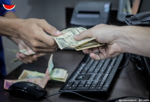 Billetes con rayas o leve desgaste no afecta valor al dólar