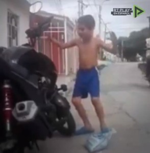 Lo lleva en la sangre: Un niño baila al son de la alarma antirrobo de una moto y se hace viral (Video)