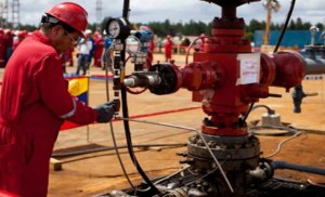 Producción de petróleo de Venezuela cayó 100 mil barriles diarios en junio (encuesta Reuters)